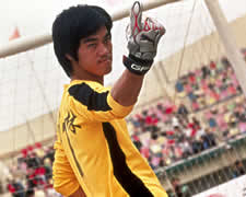 Hilarious Bruce Lee lookalike plays goalie